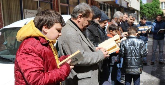 AKHİSARLI GENÇLER Sokak Ortasında Kitap Okudular