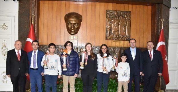 Vali Güvençer satranç şampiyonlarını ağırladı