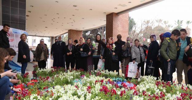 Başkan Şirin'den kadınlara çiçek jesti