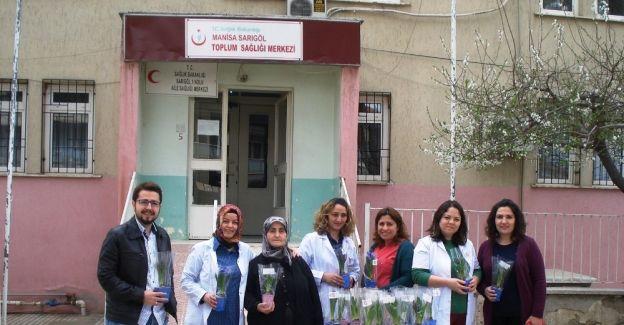 Sağlıkçılardan kadınlara özel çiçek