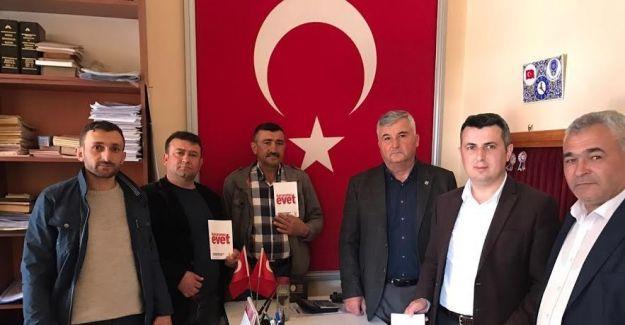 Sarıgöl AK Parti, esnafa 'Kararımız Evet' kitapçığı dağıttı
