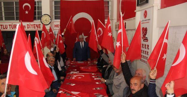 Akhisarlı MHP'liler 'Evet' için toplandı