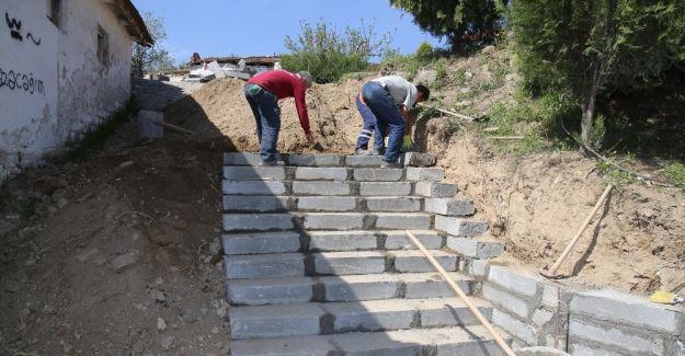 Yokuşlu mahalleye merdivenli çözüm