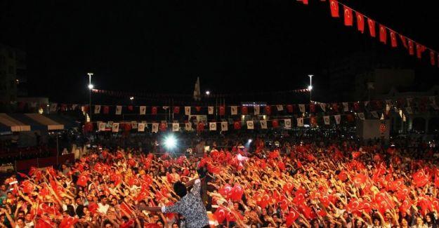 Hande Yener ve Murat Dalkılıç on binlere söyledi