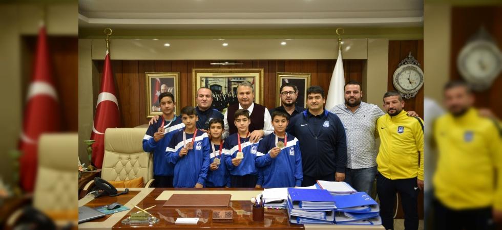 Başkan Çerçi şampiyon güreşçileri ağırladı