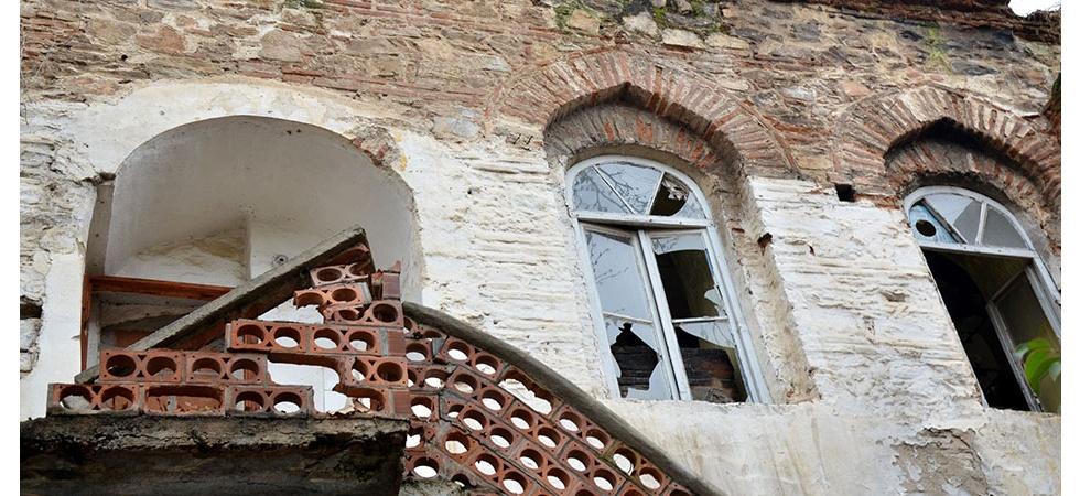 Manisa'da 500 yıllık tarihi yapı yok oluyor
