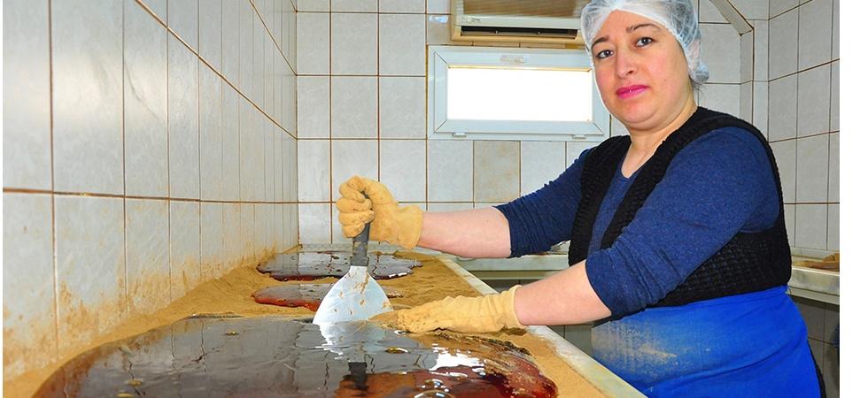 Kadınlar elleriyle 'Şifalı Mesir'i yoğurmaya başladı