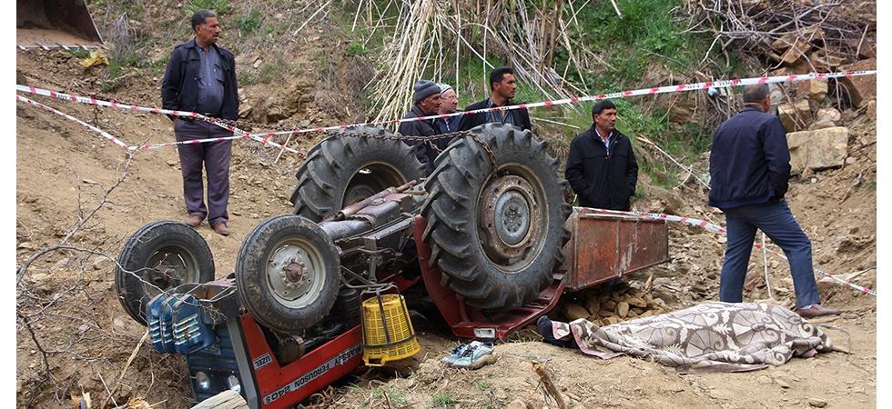Traktörün kasasına yüklediği kaya parçaları sonu oldu