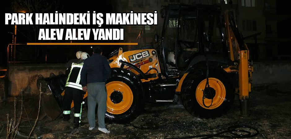 Park halindeki iş makinesi alev alev yandı