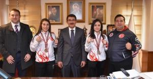Şampiyonluk sevinçlerini Başkan Çelik'le...