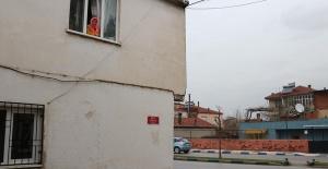 Evleri 7 defa saldırıya uğradı, kırılmadık pencere kalmadı