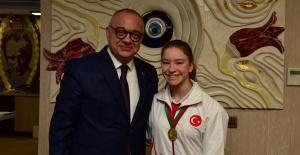 Başkan Ergün cimnastiğin altın kızını...