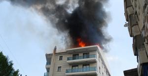 Manisa'da 5 katlı binanın çatısı alev alev yandı