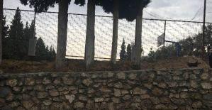 Alaşehir Belediyesi okulun yıkılan bahçe duvarını yaptı