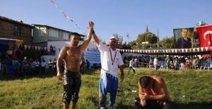 Kula Er Meydanı'nın Başpehlivanı Serhat Gökmen oldu