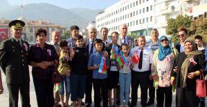 Vali Güvençer'den Azerbaycanlı gazi çocuğuna içten sarılış