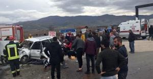 Manisa'da Otomobil ile Kamyonet Çarpıştı: 6 Yaralı!