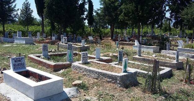 Ahmetli'deki 39 Mezarlıkta Bakım Çalışmaları Yapılıyor
