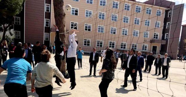 AK Parti'li Aydemir öğrencilerle voleybol oynadı
