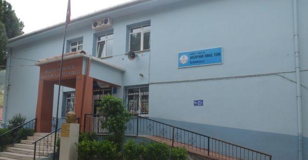 Okulun engelli rampası ve ikinci giriş kapısı belediyeden