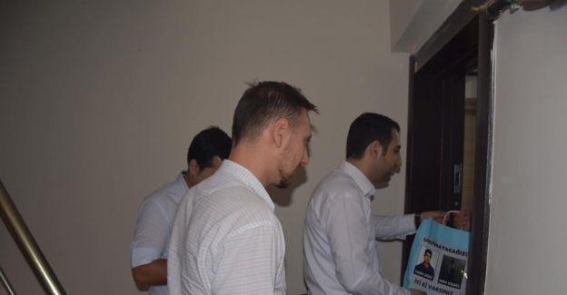 AK Parti'li gençler Eren Bülbül ve Yasin Börü hayrına kurban eti dağıttı