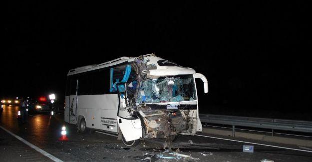Manisa'da minibüs tıra arkadan çarptı; 16 yaralı