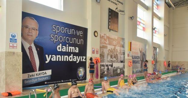 Salihli'de yaz-kış yüzme öğretiliyor