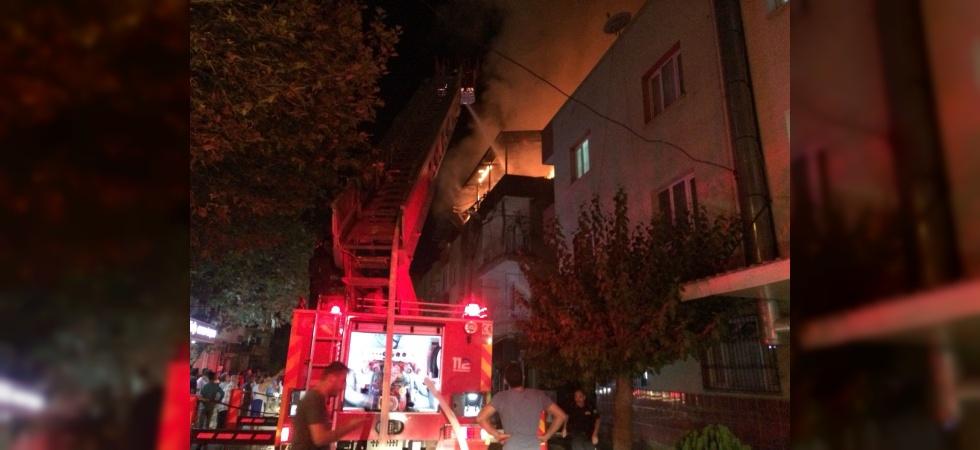 Manisa'da Apartmanın Çatı Katı Alev Alev Yandı!
