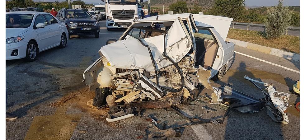 3 araç birbirine girdi: 1'i ağır 4 yaralı