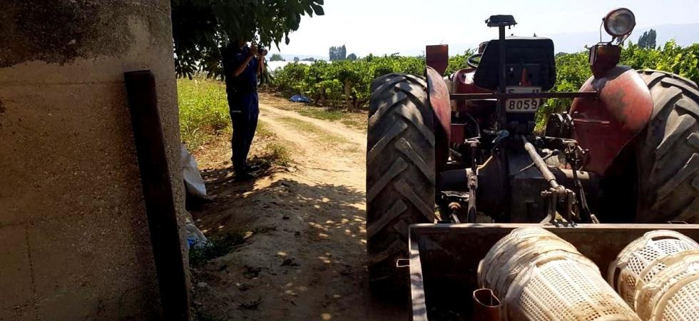 Eşinin kullandığı traktörün altında kaldı