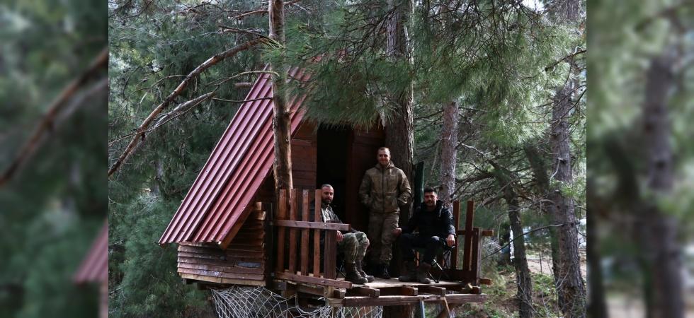 Korona virüsünden ağaç tepesine yaptıkları evde korunuyorlar