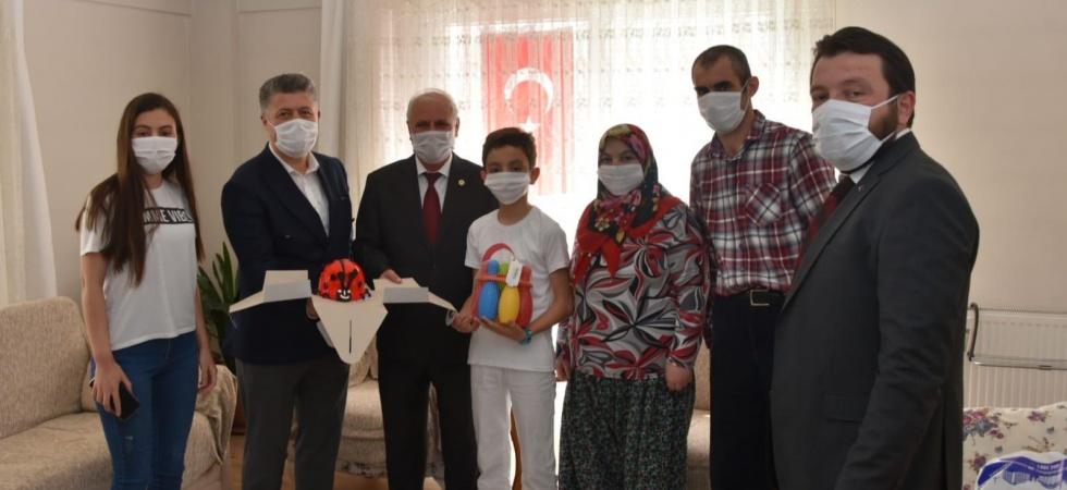 Milletvekili Özkan çocukların gününü süprizlerle kutladı
