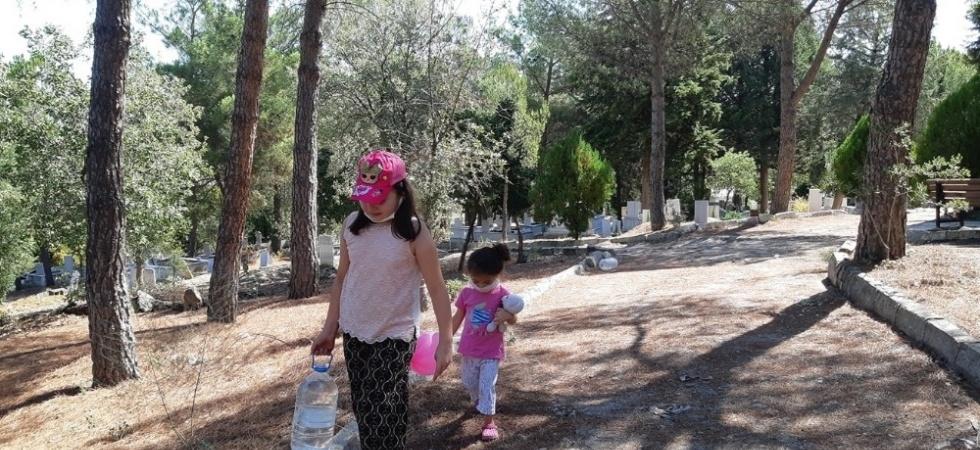 Bayram öncesi mezar başlarında yakınları için dua ettiler