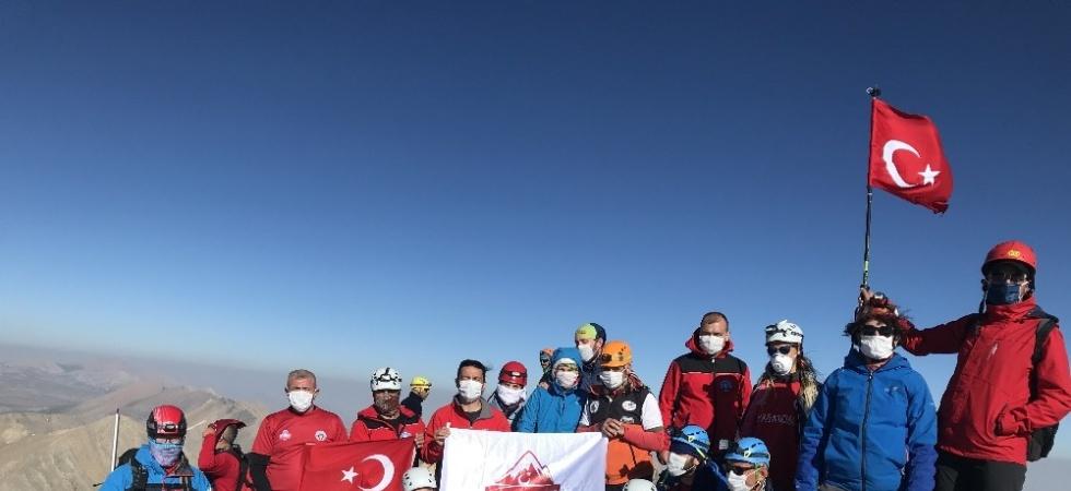 Manisalı dağcılar, zirve tırmanışını sağlık çalışanlarına ithaf etti