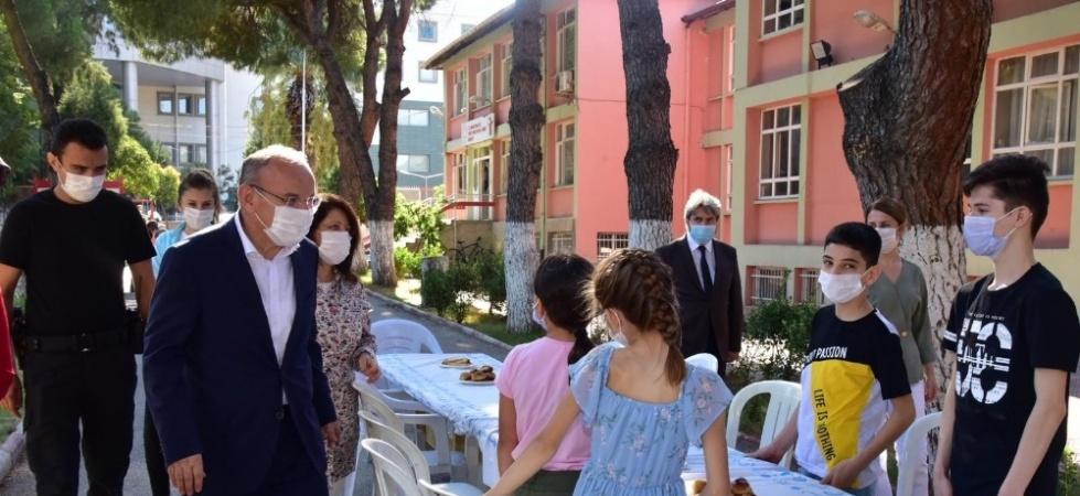 Vali Karadeniz eşiyle birlikte bayram ziyaretleri yaptı