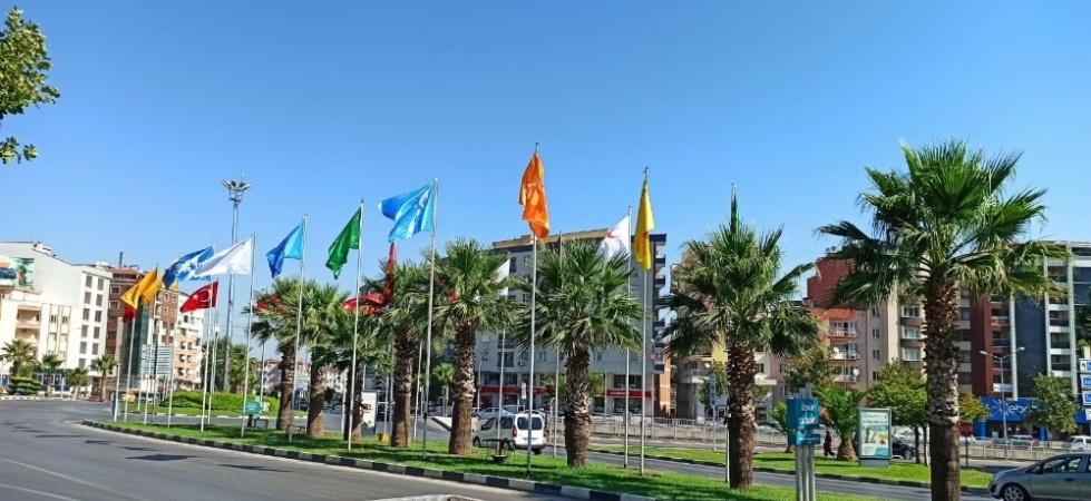 YSE Kavşağı'ndaki bayraklar yenilendi