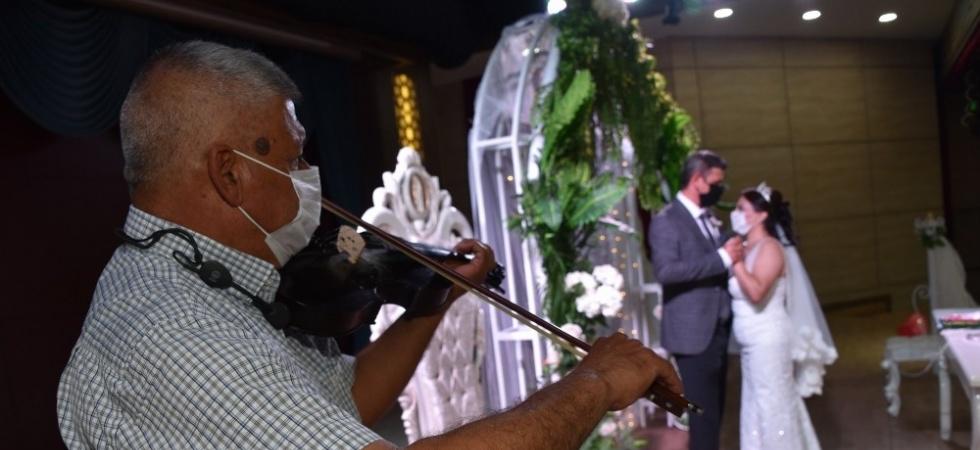 Çiftler mutluluğa Yunus Emre Millet Çarşısı'nda 'Evet' diyor