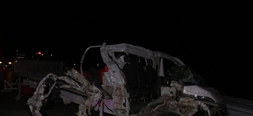 Hava kompresörü yüklü kamyonet, kamyona arkadan çarptı; 1 ağır yaralı