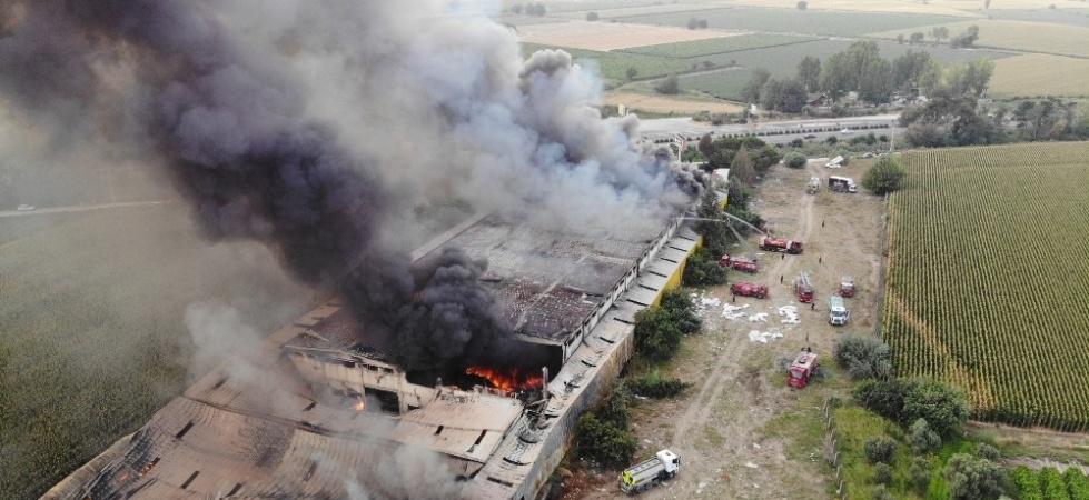 Manisa'daki mobilya fabrikası yangını kontrol altına alındı