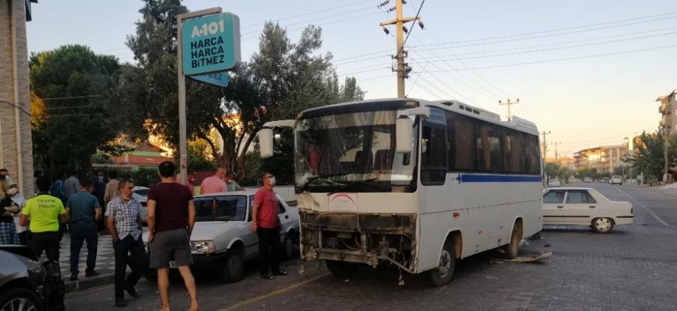 Mevsimlik tarım işçilerini taşıyan otobüsle minibüs çarpıştı: 6 yaralı