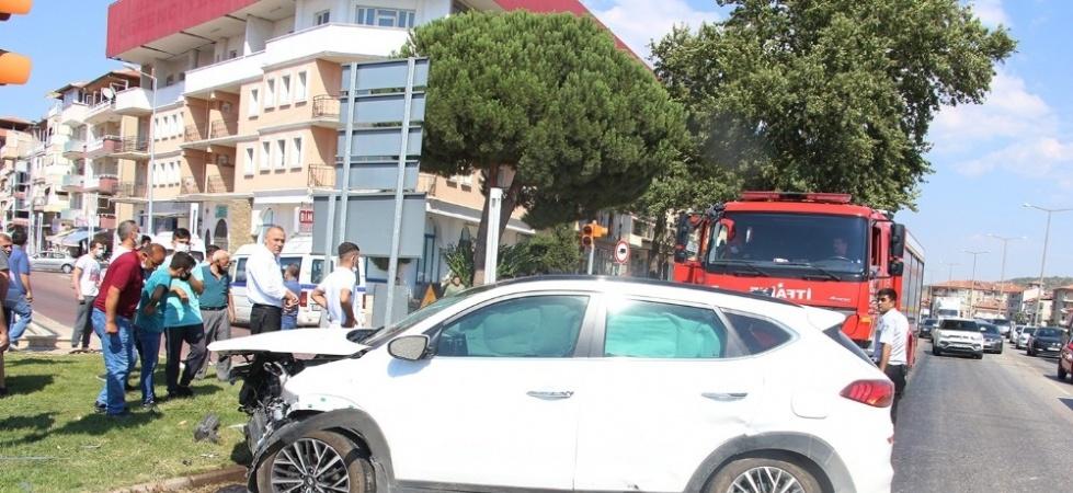 Otomobiller kavşakta çarpıştı: 3 yaralı