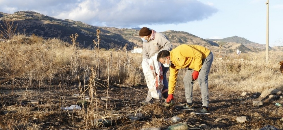 Başkan işçilerle birlikte çöp topladı vatandaşları uyardı