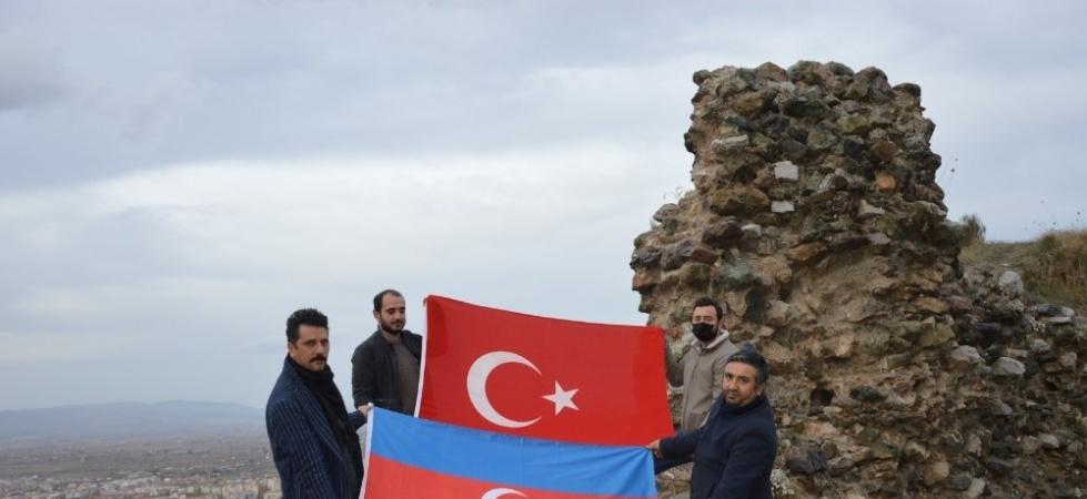 Türk ve Azerbaycan bayrağı açıp zaferi kutladılar