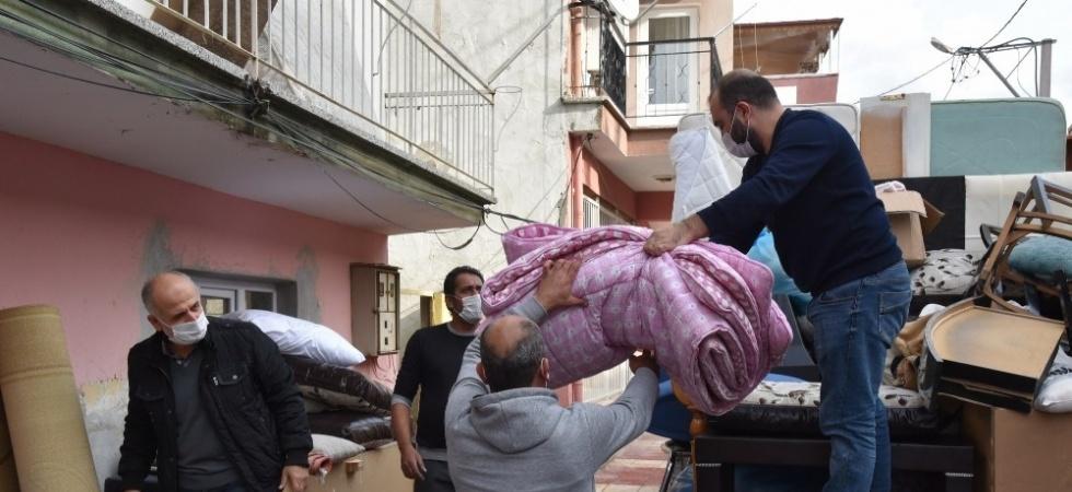 Yunusemre Belediyesi evi yanan aileye sahip çıktı