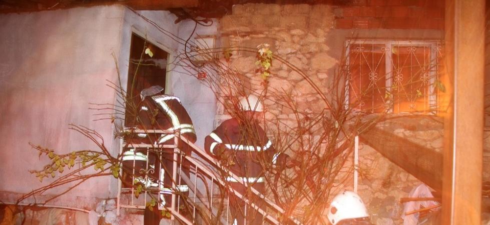 Kula'da çıkan yangında üç ev küle döndü