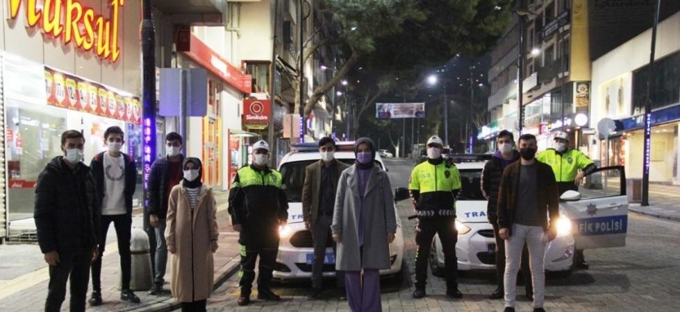 TÜGVA'lı gençlerden görev başındaki polislere destek ziyareti