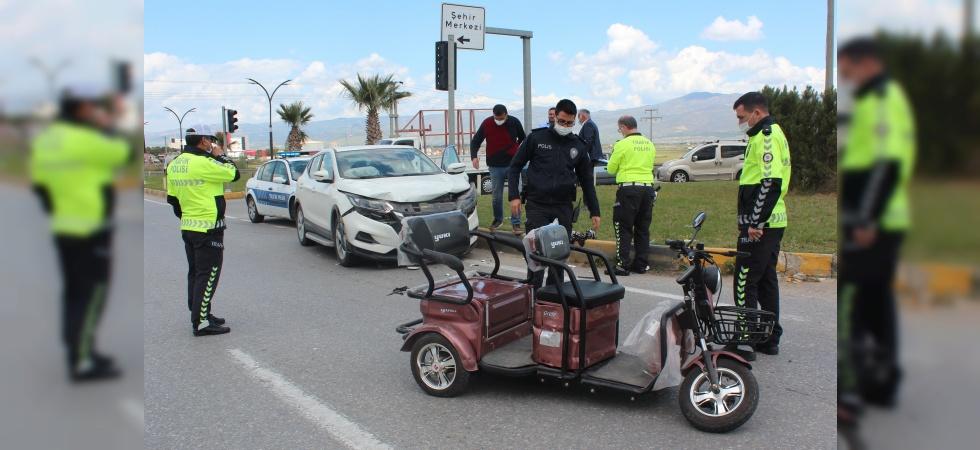 Elektrikli motosiklet ile arazi aracı çarpıştı: 3 yaralı