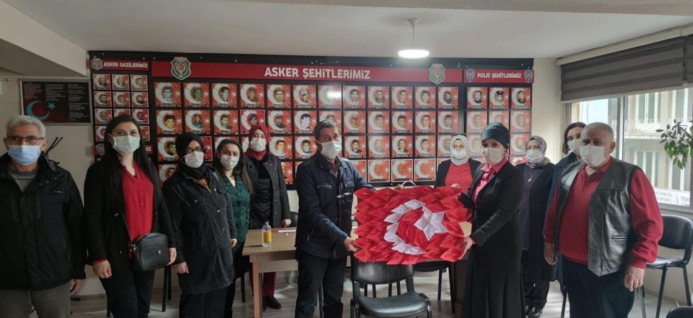 Kağıt kayıklardan 'Türk Bayrağı' yapıp gazi derneğine hediye ettiler