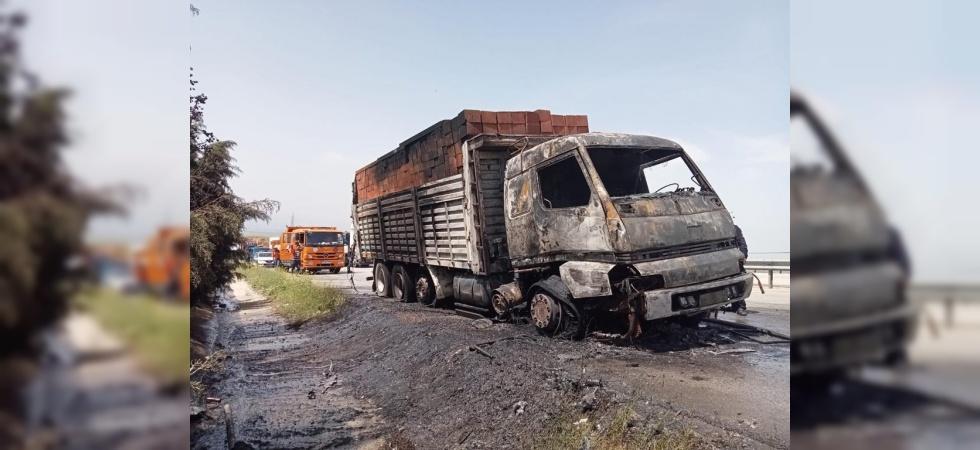 Manisa'da seyir halindeki kamyon yandı