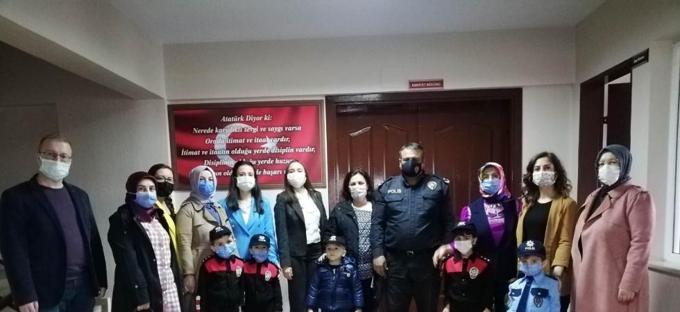 Miniklerden polis amcalarına ziyaret